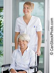 amigável, cadeira rodas, mulher sênior, enfermeira