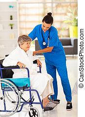 amigável, caregiver, ajudando, mulher sênior