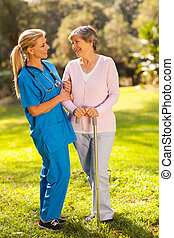 amigável, caregiver, conversa, mulher sênior, ao ar livre