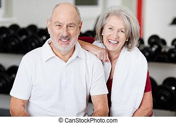 amigável, par velho, em, um, ginásio