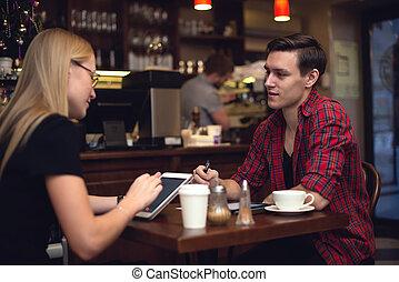 amigo, pareja, en, el, café, charlar, y, café de bebida