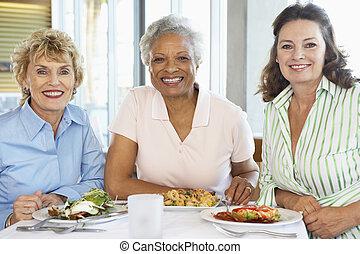amigos, almorzar, juntos, en, un, restaurante