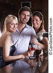 amigos, bebiendo, en, barra