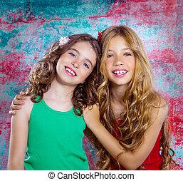 amigos, bonito, meninas crianças, abraço, junto, sorrir...