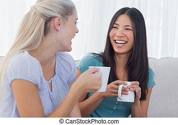amigos, café, encima, gracioso, tazas, arriba, joven