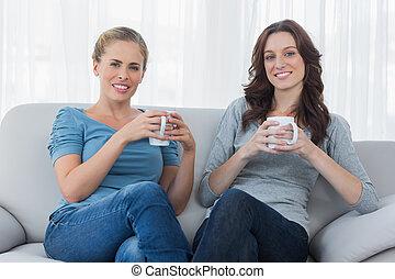 amigos, café, tendo, enquanto, sofá, sentando