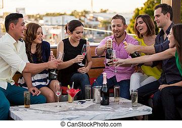 amigos, celebrar, con, champaña
