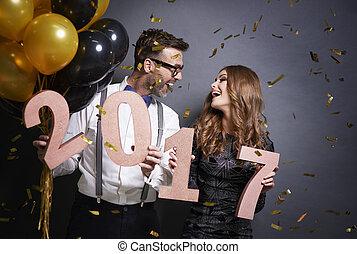amigos, com, ano novo, número, desfrutando