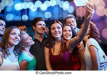 amigos, com, smartphone, levando, selfie, em, clube