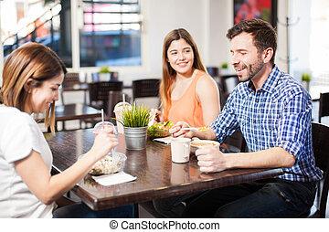 amigos, comendo lunch, em, um, restaurante