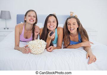 amigos, comer, pipoca, e, rir