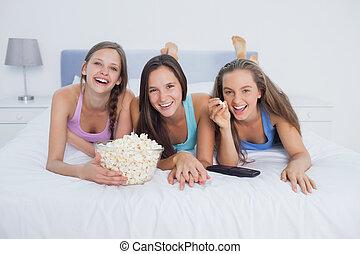 amigos, comida, palomitas, y, mirando tele