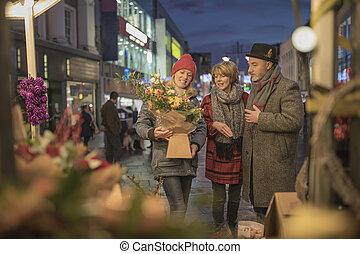 amigos, compras, el, navidad, mercado