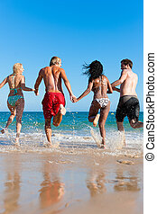 amigos, corriente, en, vacaciones de playa