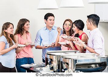amigos, desfrutando, a, jantar, um partido
