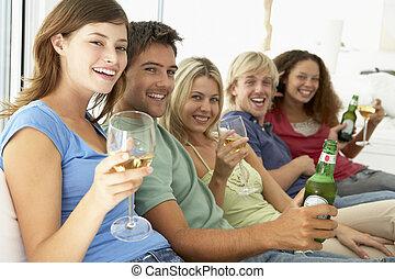 amigos, desfrutando, um, bebida, junto