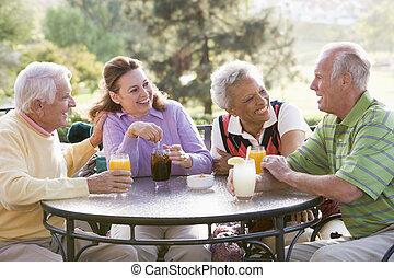amigos, desfrutando, um, bebida, por, um, campo golfe