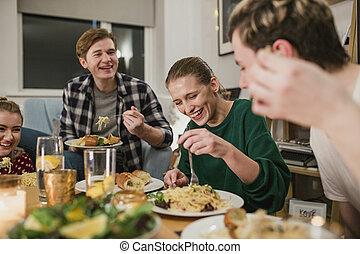 amigos, desfrutando, um, partido jantar