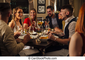 amigos, desfrutando, um, refeição