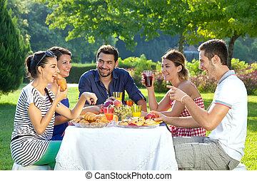 amigos, desfrutando, um, saudável, ao ar livre, refeição