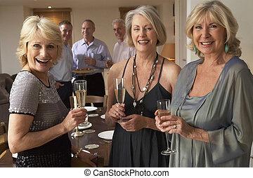amigos, desfrutando, um, vidro champanhe, em, um, partido jantar
