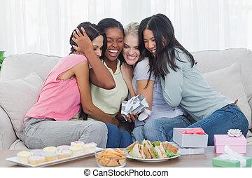 amigos, durante, regalos, abrazar, fiesta, ofrecimiento, mujer