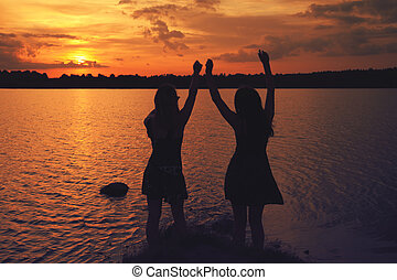 amigos, em, pôr do sol