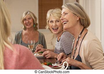 amigos, em, um, partido jantar