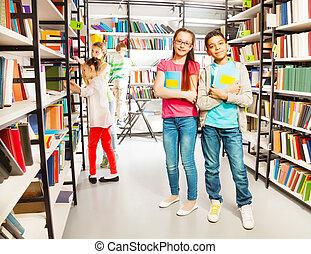 amigos, en, el, biblioteca, estante, juntos, con, libros