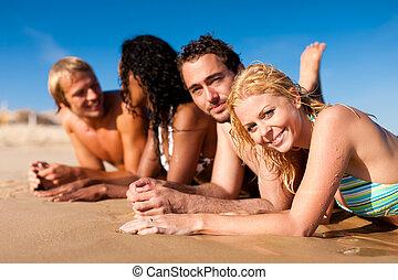 amigos, en, vacaciones de playa