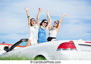 amigos, estante, en, el, automóvil, con, manos arriba