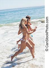 amigos, executando, em, praia