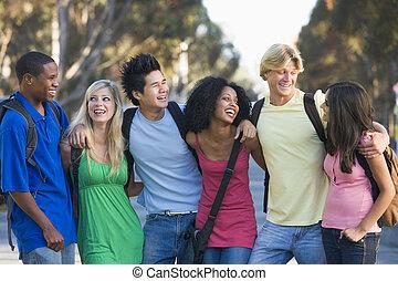 amigos, exterior, grupo, joven, charlar