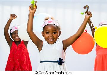 amigos, fondo., tenencia, africano, niña, globos