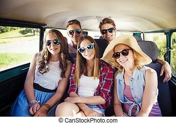 amigos, hipster, jovem, viagem estrada