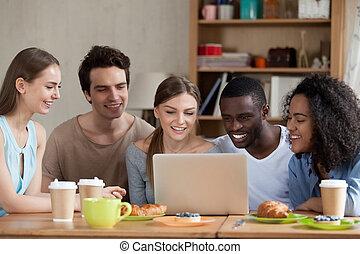 amigos, observando filme, sentar-se, escrivaninha