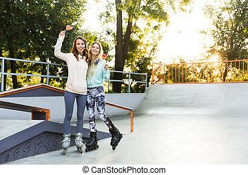 amigos, parque, aire libre, niñas, dos, tenencia, candy., hermanas, rodillos, sweeties