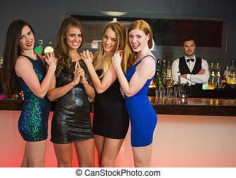amigos, posar, barkeeper, sexy, frente