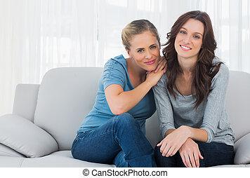 amigos, posar, enquanto, sofá, sentando
