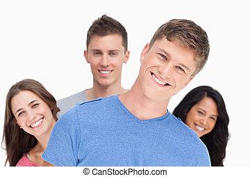 amigos, seu, sorrindo, cabeça, atrás de, homem, inclinado, ...