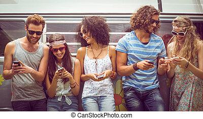 amigos, seu, telefones, usando, hipster
