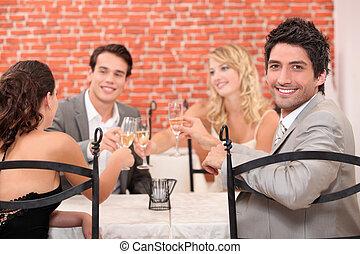 amigos, tendo jantar, junto