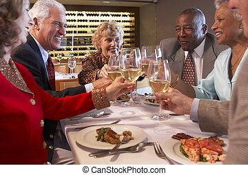 amigos, tendo jantar, junto, em, um, restaurante