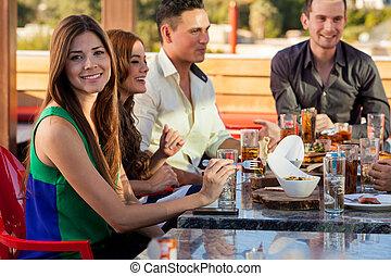 amigos, tener diversión, y, comer afuera