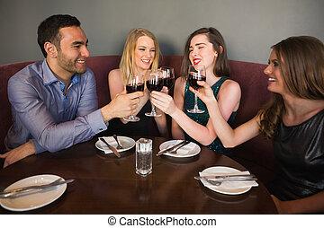 amigos, tintinear, reír, anteojos, juntos, sentado