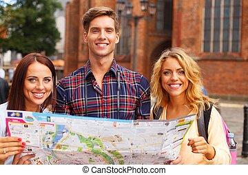 amigos, turista, três, ao ar livre, mapa