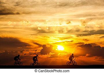 amigos, uma bicicleta, viagem, em, sunset., estilo vida ativo, ciclismo, hobby.