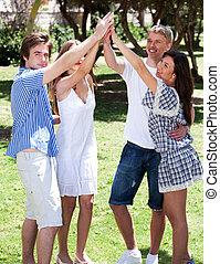 amis, élevé, groupe, bras, heureux