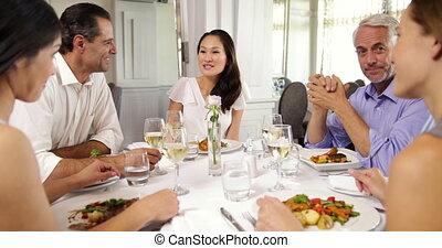 amis, apprécier, repas, groupe ensemble