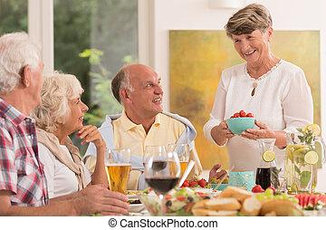Appr cier trois g n rations repas coup trois ensemble for Repas amis soir